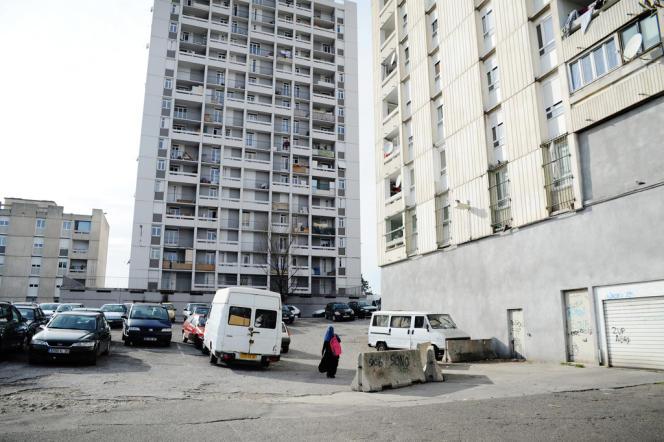 5 300 personnes habitent la ZUP de Valdegour. 56 % vivent en dessous du seuil de pauvreté.