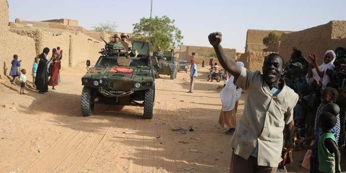 Des Maliens accueillent les soldats français à Bourem, le 17 février.