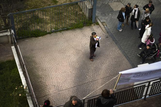 Des militants de la Plateforme des victimes des emprunts, en bas d'un immeuble s'opposent à l'expulsion