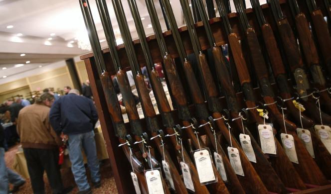 Des fusils de chasse dans une foire aux armes à feu, à Stamford, Connecticut, le 5 janvier 2013.