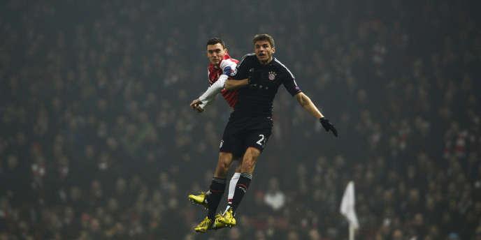 Thomas Müller (à droite) et Thomas Vermaelen durant le match de la Champions League entre le Bayern de Munich et Arsenal, à l'Emirates Stadium de Londres, le 19 février 2013.