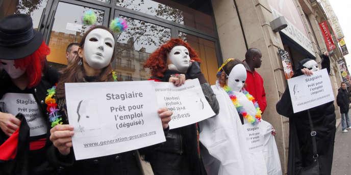 Manifestation du collectif Génération précaire, le 13 novembre 2012, sur les Champs-Elysées, à Paris.