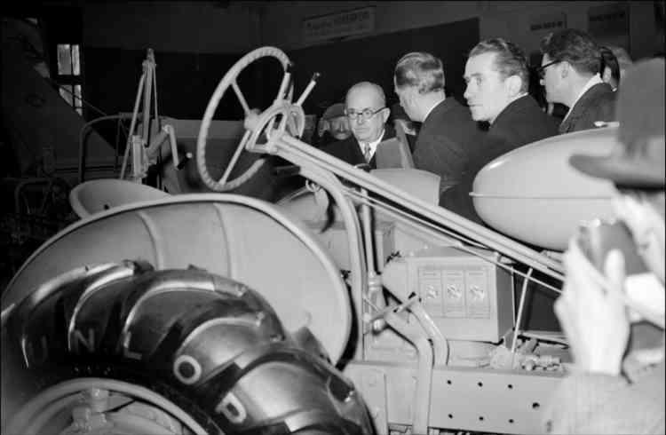 Le président de la République Vincent Auriol (g) inaugure le Salon de la Machine Agricole le 2 mars 1950 à Paris.