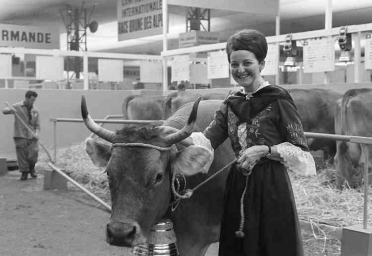 Une fermière du canton de Vaux en Suisse présente son bovin, le 02 mars 1968, le jour de l'ouverture 5ème salon international de l'agriculture au parc des expositions de la porte de Versailles à Paris.     AFP PHOTO