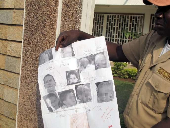 Un garde montre les photos de Tanguy Moulin-Fournier, de son épouse Albane et de leurs quatre enfants, au parc national de Waza, le 21 février.