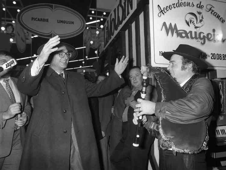 Paris's mayor Jacques Chirac waves a musicien during his visit of the International Agriculture Fair, 10 March 1982 in Paris. AFP / PIERRE GUILLAUD