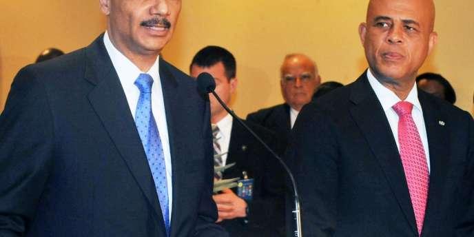 Le ministre américain de la justice Eric Holder et le président d'Haïti, Michel Martelly, lors du 24e sommet de la Communauté des Caraïbes (Caricom), le 18 février 2013 à Port-au-Prince.