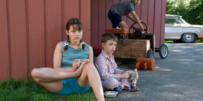Alors qu'elle-même connaît ses premiers émois amoureux, Elise (Marianne Fortier) découvre un monde adulte fait d'hypocrisie.