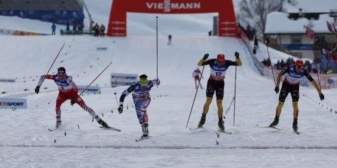 Jason Lamy-Chappuis (2e en partant de la gauche) devance ses concurrents sur la ligne d'arrivée du combiné nordique, le 22 février à Val di Fiemme.