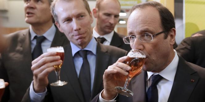 François Hollande boit une bière au Salon de l'agriculture.
