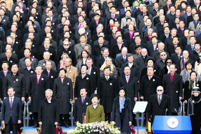 La présidente sud-coréenne (premier rang au centre), lors de la prise officielle de ses fonctions à Séoul, le 25 février 2013.