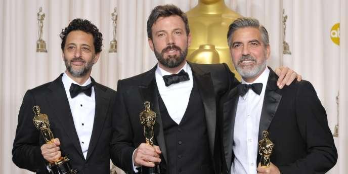De gauche à droite : Grant Heslov, Ben Affleck et George Clooney avec leurs Oscars pour