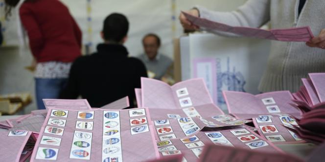 Dépouillement des bulletins de vote dans un bureau de Rome, lundi 25 février.