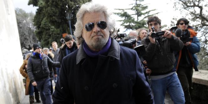 Beppe Grillo, leader du Mouvement 5 étoiles, après avoir voté à Gênes, le 23 février.