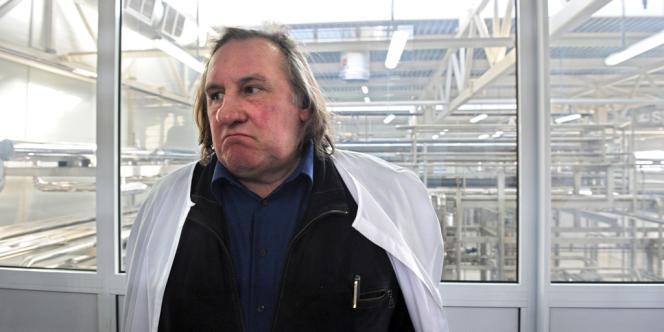 Gérard Depardieu visitant l'usine de fromage Sarmich à Saransk, le 24 février.