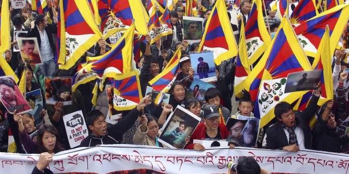Manifestation de Tibétains en exil qui brandissent les photographies de Tibétains de l'intérieur qui se sont immolés, à Dharamsala, siège du gouvernement tibétain en exil en Inde, le 18 février.