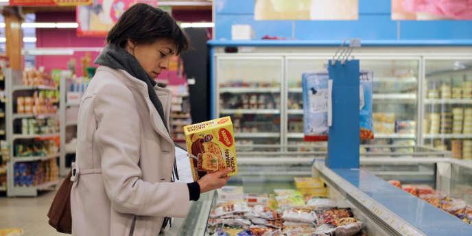 Un agent de la Direction départementale de la protection des populations vérifie des plats surgelés dans un supermarché de Herouville Saint-Clair, dans le nord de la France, mardi 26 février.