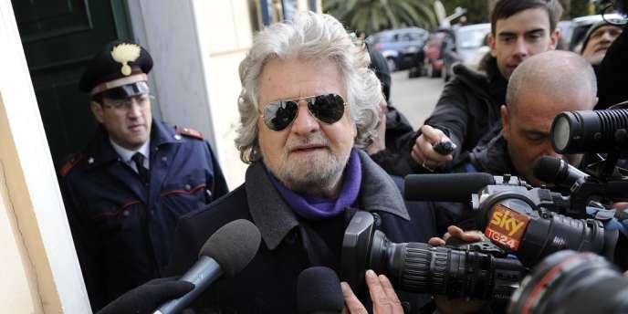 La liste de l'ancien comique Beppe Grillo (qui lui-même ne peut siéger au Parlement à cause d'une condamnation pour homicide involontaire après un accident de la route) va propulser 162 jeunes Italiens apolitiques, inconnus pour la plupart, sur les bancs de la députation.