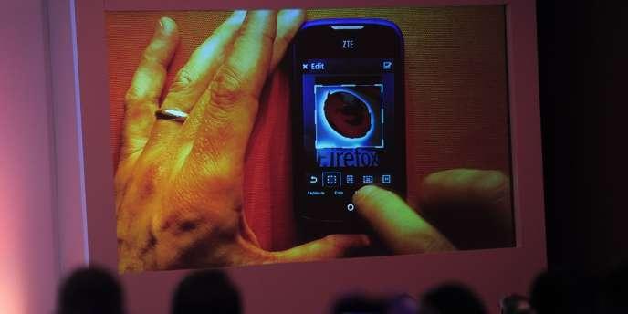 Démonstration de Firefox OS sur un téléphone ZTE au salon de la téléphonie de Barcelone.