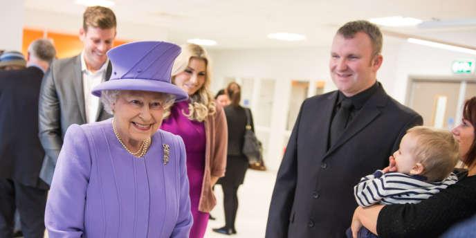 Le reine Elizabeth II accompagnée du duc d'Edimbourg visite un nouveau bâtiment du Royal London Hospital à Londres, le 27 février.