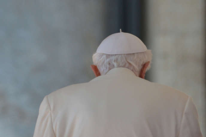 Le pape Benoît XVI après sa dernière audience, place Saint-Pierre, à Rome, le 27 février.