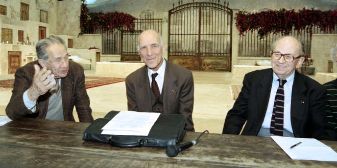 Stéphane Hessel (au centre) était associé à Antoine Sanguinetti (à gauche) et Raymond Aubrac (à droite) au sein du collège de médiateurs dans l'affaire des sans-papiers de l'église Saint-Bernard, en 1996.