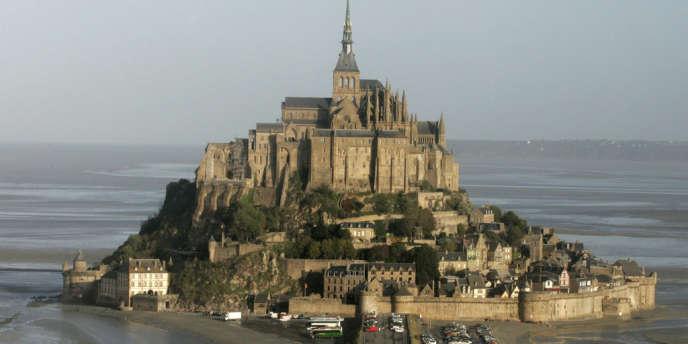 Depuis le 28 avril 2012, dans le cadre du projet de désensablement, des navettes mènent de la côte au Mont-Saint-Michel.