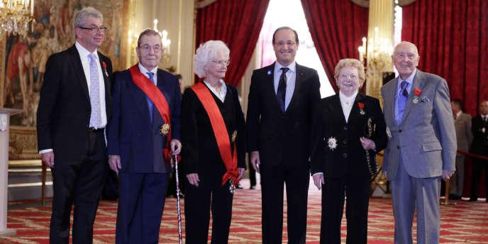 François Hollande aux côtés de Jean-François Guthmann, Pierre Daix, Marie-José Chombart de Lauwe, Andrée Gros et Daniel Cordier (de gauche à droite).