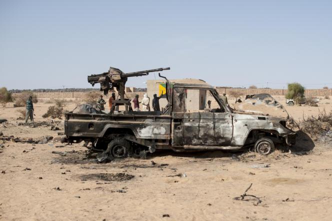 27 février. Le pick-up calciné du MNLA après l'explosion qui a touché Kidal, au sud du massif de l'Adrar.