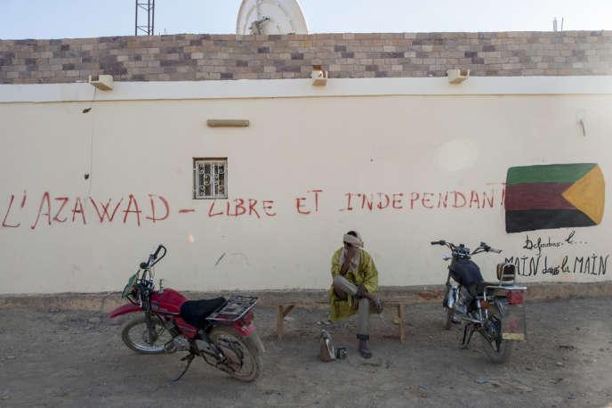 Un graffiti dans le centre de Kidal. Sur la droite, le drapeau de l'Azawad.