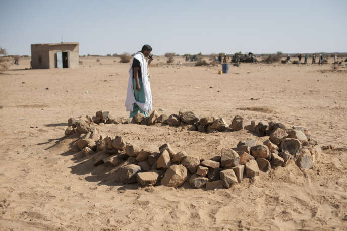 La tombe commune de personnes tuées lors de l'explosion, le 27 février à Kidal, au sud du massif de l'Adrar.