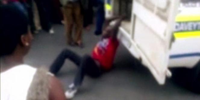 Mido Macia, 27 ans, avait arrêté son minibus-taxi à la tombée de la nuit dans une rue fréquentée de Daveyton, une township à 25 km de l'aéroport international de Johannesburg. Il est mort deux heures plus tard.