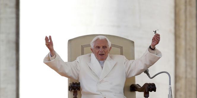 Le pape Benoît XVI salue la foule lors de la dernière audience générale place Saint Pierre, au Vatican, le 27 février.