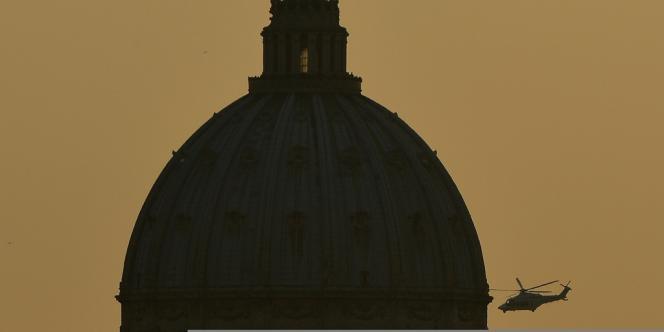 L'hélicoptère du pape au dessus du Vatican.