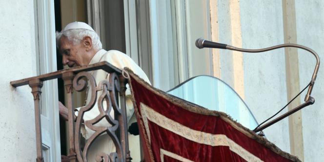 Le pape quitte le balcon de la résidence de Castel Gondolfo, jeudi 28 février.