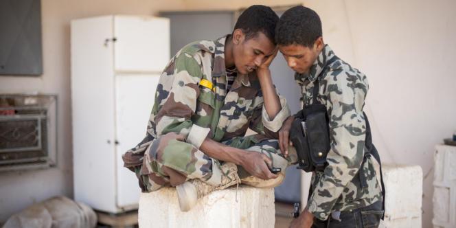 Des soldats du MNLA regardent un téléphone portable, le 27 février à Kidal.