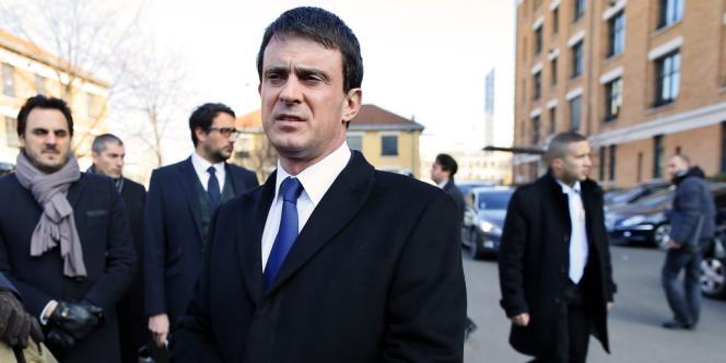 Le ministre de l'intérieur Manuel Valls s'adresse aux journalistes, à Paris, samedi 2 mars.