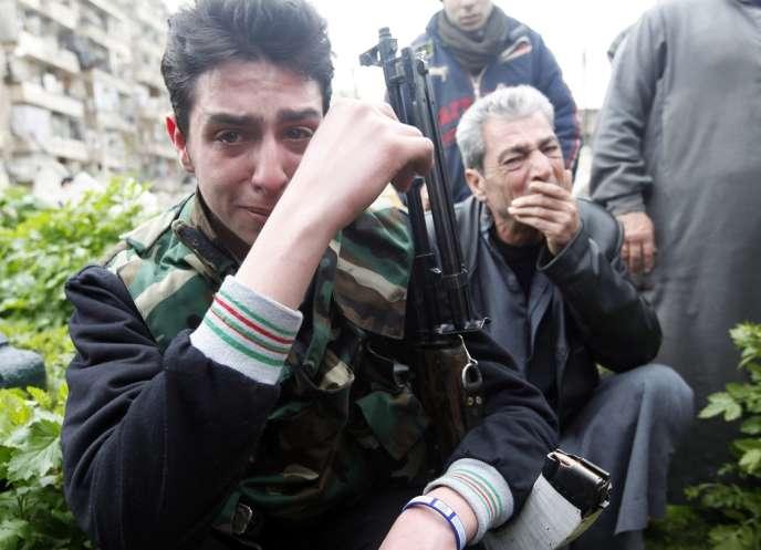 Des rebelles de l'ASL pleurent l'un des leurs tué à Alep, le 1er mars 2013.