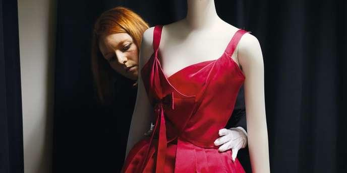 Une archiviste du service patrimoine de Dior s'occupe d'une acquisition récente, la robe Chile (printemps-été 1957).