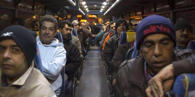 Des travailleurs palestiniens ont emprunté, lundi 4 mars, une nouvelle ligne de bus