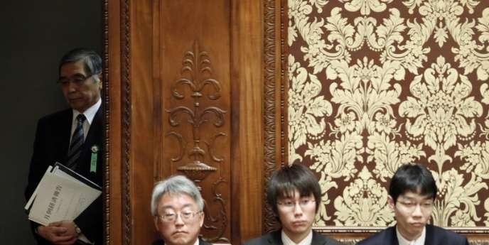 Le président de la banque du Japon, Haruhiko Kuroda (à gauche) attend d'être auditionné par le Parlement à Tokyo le 4 mars.