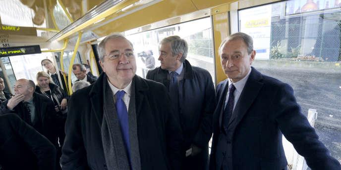 Jean-Paul Huchon, président de la région Ile-de-France, et Bertrand Delanoë, maire de Paris, lors de l'inauguration du prolongement de la ligne T3 du tramway, le 15 décembre 2012, à Paris.