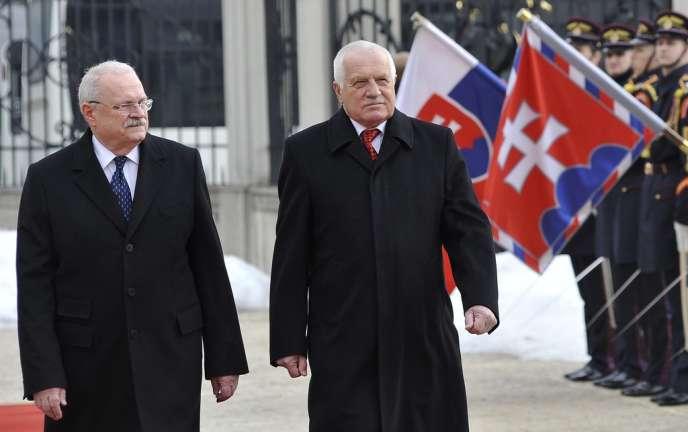 Le président tchèque sortant Vaclav Klaus (à droite) et Ivan Gasparovic, le chef de l'Etat slovaque, lors de la rencontre à Bratislava entre les deux hommes, le 26 février.