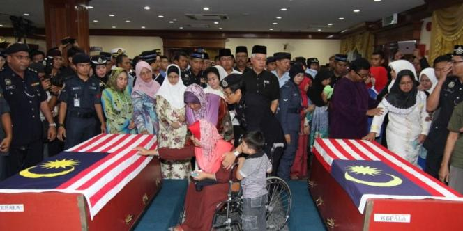 Le premier ministre malaisien Najib Razak sur une base de l'aviation pour rendre hommage à deux policiers tués vendredi 1er mars 2013 à Lahad Datu (photo publiée sur sa page Facebook).