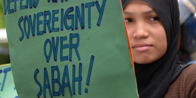 Une manifestante manifeste devant l'ambassade de Malaisie à Manille, mardi 5 mars.