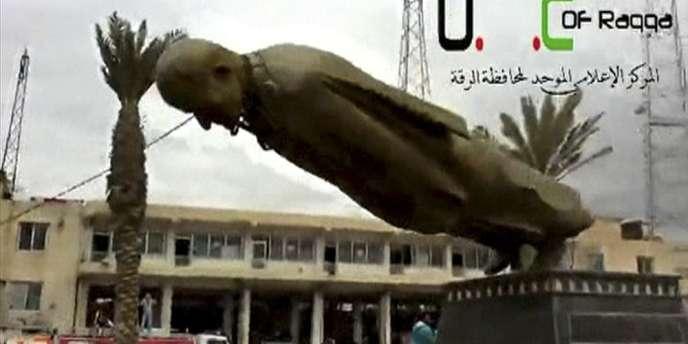 Une statue d'Hafez Al-Assad, père de l'actuel président syrien, est mise à terre par les rebelles qui se sont emparés, lundi 4 mars, de la ville de Raqqa, dans le nord du pays.