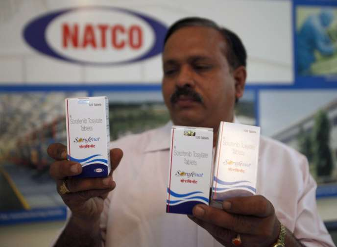 Un responsable de Natco Pharma montre les anticancéreux controversés, le 13 mars 2012 à Hyderabad.