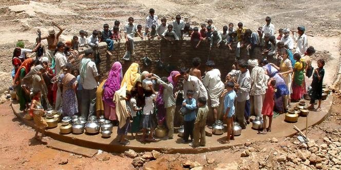 Près de 2 000 camions-citerne chargés d'eau potable circulent en permanence entre les villages, et le bétail a été rassemblé dans des centaines de camps provisoires en attendant la mousson qui traverse le sous-continent indien de juin à septembre.