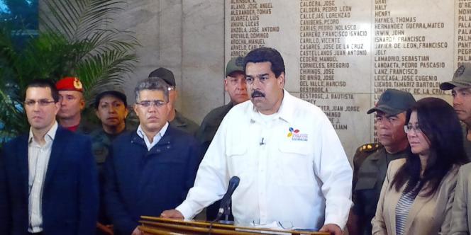 Le vice-président vénézuélien, Nicolas Maduro, annonce à la télévision la mort de Hugo Chavez, mardi 5 mars 2013.