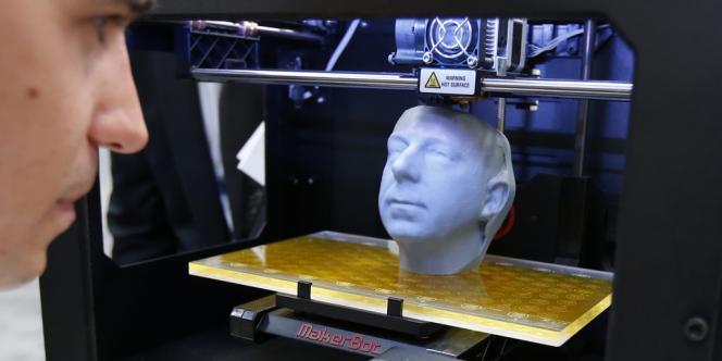 Démonstration d'une imprimante 3D au CeBIT (Salon des technologies de l'information et de la bureautique), à Hanovre, en Allemagne, en mars 2013.